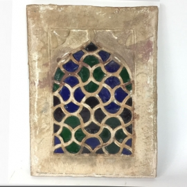 Fenêtre en pierre avec vitrail