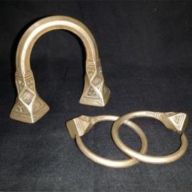 Bracelet et boucles d'oreilles en argent massif. Niger. XXème S.