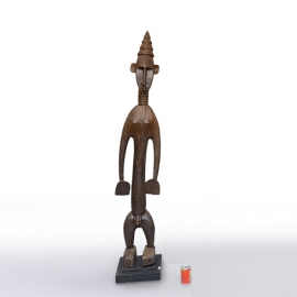 Grand personnage masculin debout. Mali, Bambara. Bois dur à ancienne patine brun rouge