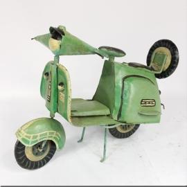 Petit scooter en tôle