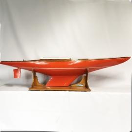 Maquette géante d'un voilier orange type course America