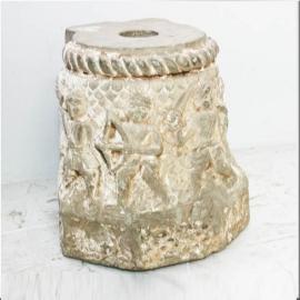 Tête de chapiteau en pierre sculptée XIIème S.