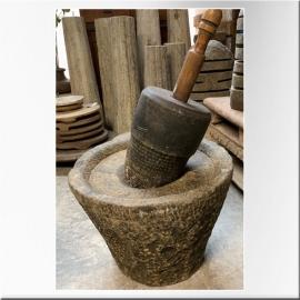 Mortier en pierre avec pilon