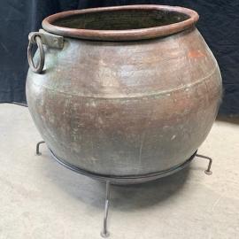 Pot en cuivre monté sur socle en fer