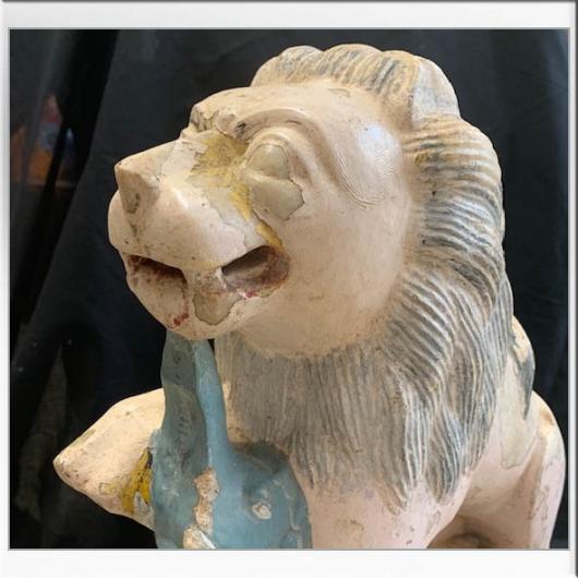 Lion assis en pierre sculptée et laqué XIXème S.