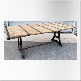 Table en teck avec pietement en fonte