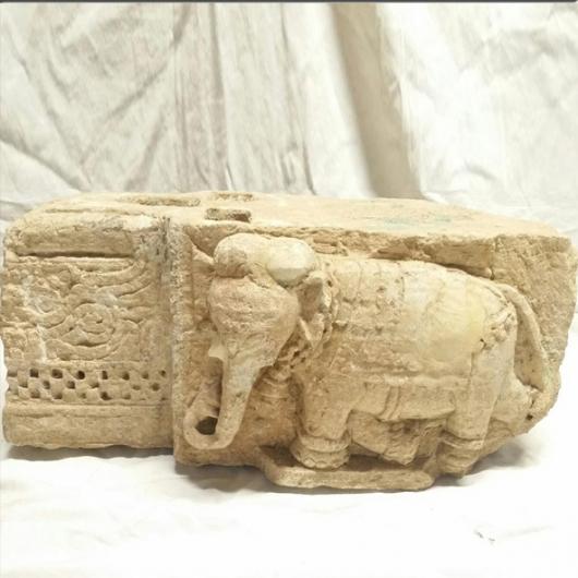 Base en pierre à décor d'éléphonts XVIIIème S.