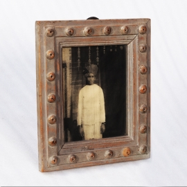 Cadre en bois et portrait d'un jeune indien