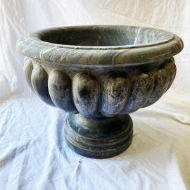 Vase en marbre noir godronné sur piedouche