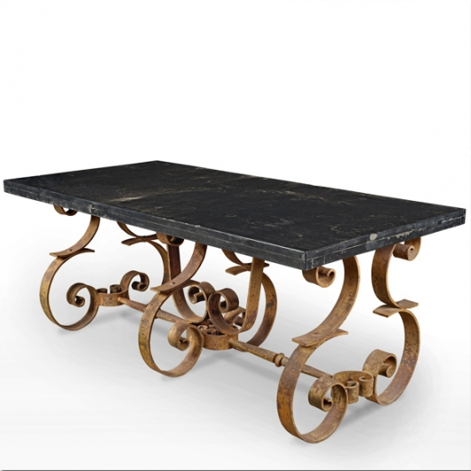 Table rectangulaire en marbre noir et pied en fer