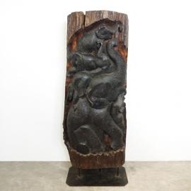 Famille d'éléphants sculptée sur un tronc